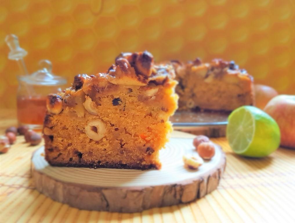 עוגת דבש חגיגית עם אגוזי לוז, שוקולד לבן וציפוי תפוחים מתכון1