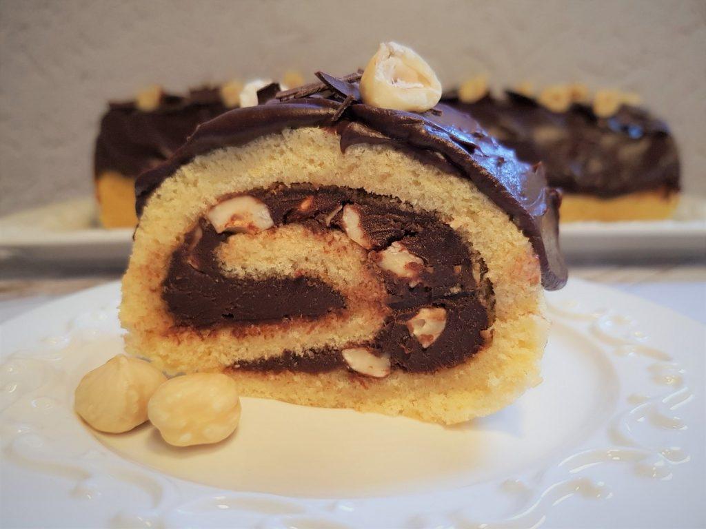 רולדת ספוג במילוי שוקולד ואגוזי לוז
