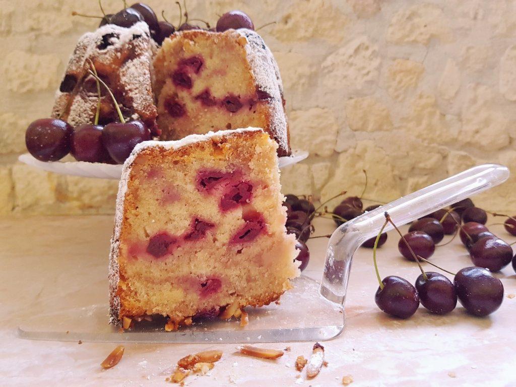 עוגת שקדים ודובדבן עשירה