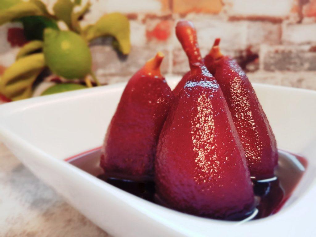 אגסים מתובלים ברוטב יין אדום מתכון